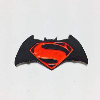 DC Comics - Pin Metálico TooGEEK Batman V Superman Logo Color
